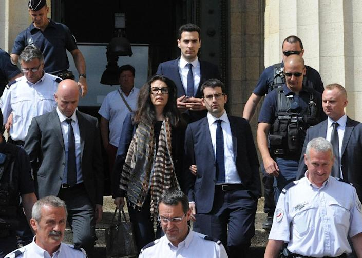 Francoise Bettencourt-Meyers (C), the daughter of Liliane Bettencourt, flanked by her sons Nicolas (L) and Jean-Victor (C, background), on May 28, 2015 at the Bordeaux courthouse (AFP Photo/Mehdi Fedouach)