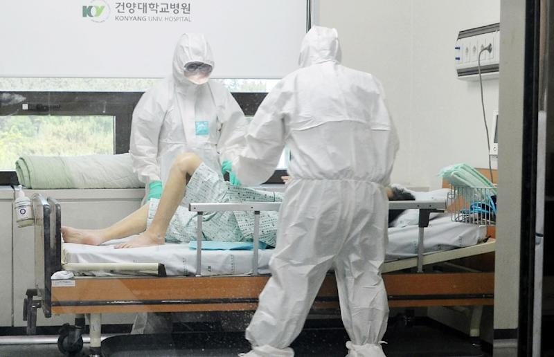 Medical workers care for a MERS patient at Konyang University Hospital in Daejeon, 140 km south of Seoul, on June 7, 2015 (AFP Photo/-)
