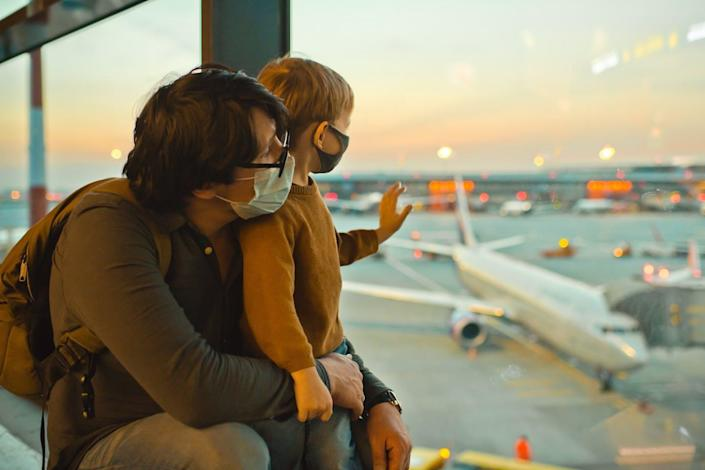 """<span class=""""caption"""">The requirement to wear masks in airports lowers the risk of air travel.</span> <span class=""""attribution""""><a class=""""link rapid-noclick-resp"""" href=""""https://www.gettyimages.com/detail/photo/family-in-protective-face-masks-in-airport-during-royalty-free-image/1284745836?adppopup=true"""" rel=""""nofollow noopener"""" target=""""_blank"""" data-ylk=""""slk:ArtMarie/E+ via Getty Images"""">ArtMarie/E+ via Getty Images</a></span>"""