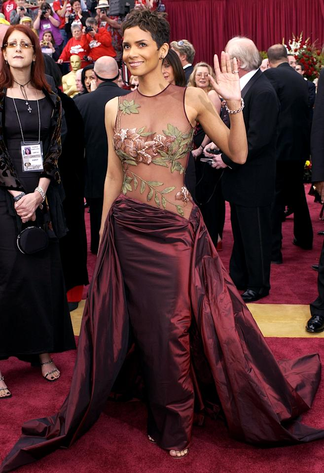<p>After dazzling on the carpet, Berry would make history hours later as the first African-American winner of Best Actress for her lead role in 'Monster's Ball.' (Photo: Laura Rauch/AP) </p>