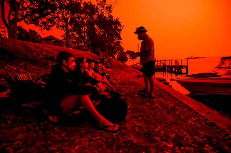 Day turns to a blood red sky in Mallacoota with the South Westerly change sparking up fire activity in the area.A parents asures their children and friends that everything is ok and that the fire is not coming towards the town.