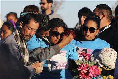 Family members and friends mourn during the funeral of Idaly Jauche Laguna in Ciudad Juarez December 27, 2013. REUTERS/Jose Luis Gonzalez
