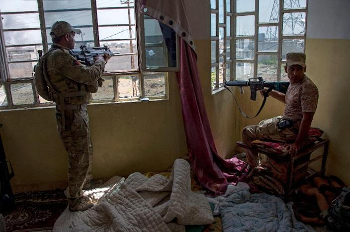 Iraqi forces guard a position in the northwestern al-Haramat neighbourhood of Mosul on May 9, 2017 (AFP Photo/FADEL SENNA)