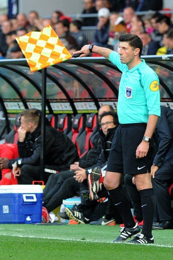 Photo d'illustration montrant l'arbitre du match entre Nancy et Le Mans, Mehdi Mokhtari, ici lors d'une rencontre en mai 2017. (Photo: AFP)