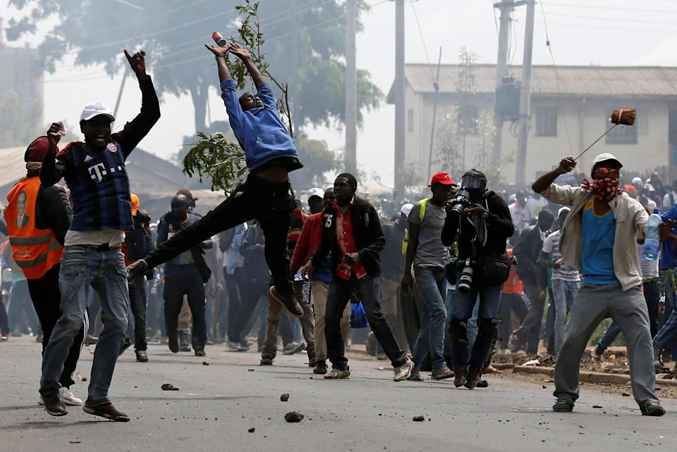 <p>Supporters of Kenyan opposition National Super Alliance (NASA) coalition clash with police officers in Nairobi, Kenya, Nov. 17, 2017. (Photo: Thomas Mukoya/Reuters) </p>