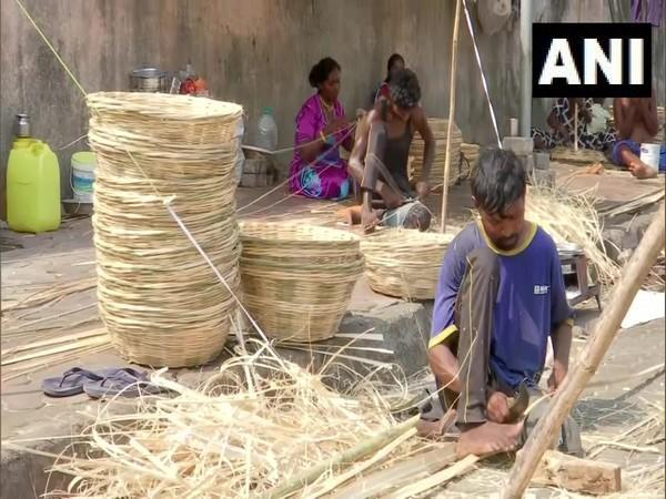 Artisans weave bamboo basket in Mumbai on Wednesday. (Photo/ANI)