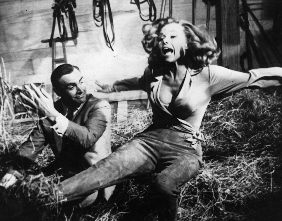Sean Connery en Goldfinger con Honor Blackman.