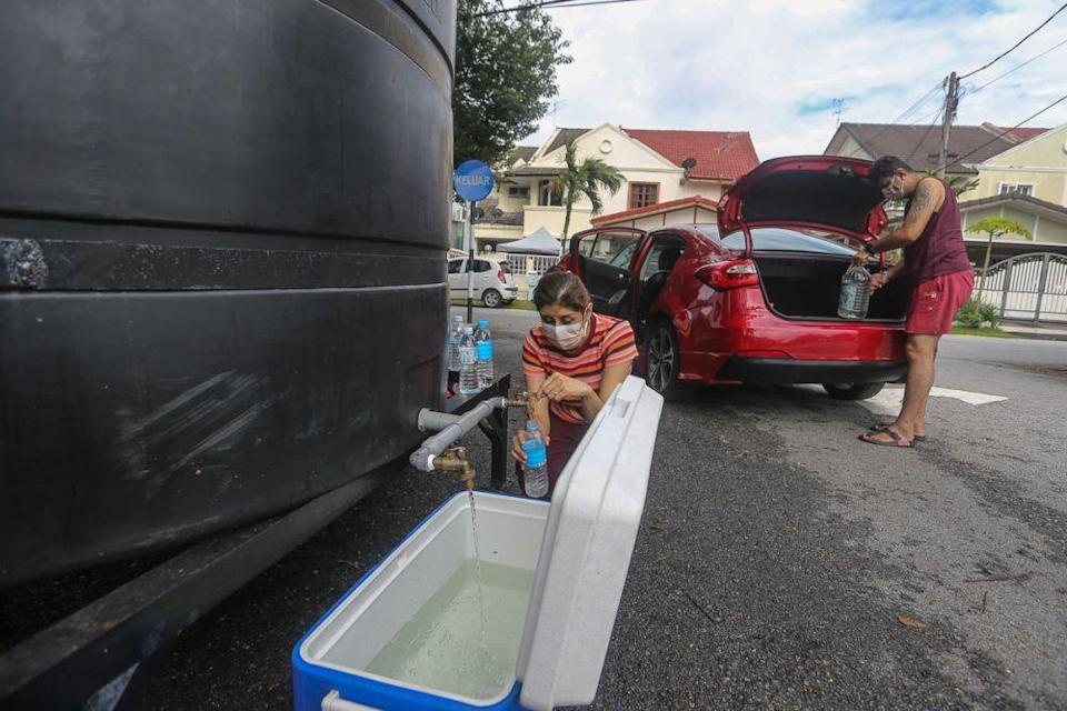 People are seen filling their containers at a water point in USJ 2 following the latest water supply disruption in Subang Jaya September 1, 2021. — Picture by Yusof Mat Isa