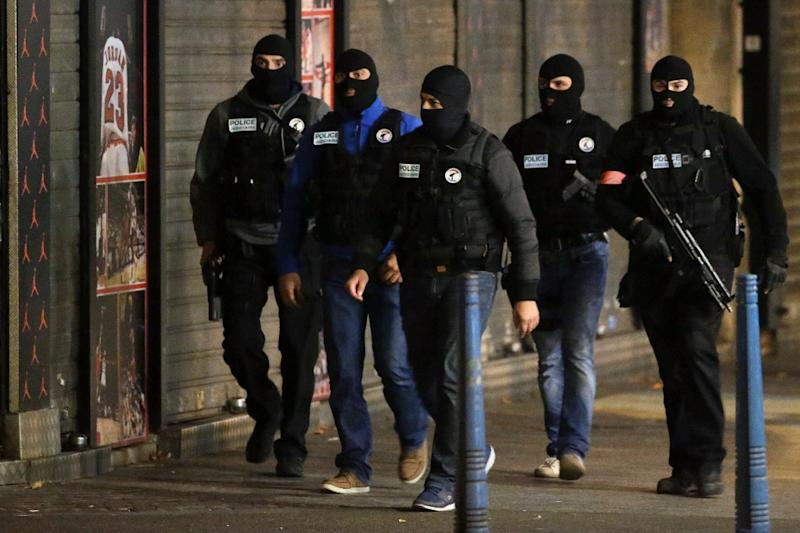 French policemen patrol the northern Paris suburb of Saint-Denis on November 18, 2015 as special forces raid an appartment, hunting those behind the attacks that claimed 130 lives in the capital city (AFP Photo/Kenzo Tribouillard)