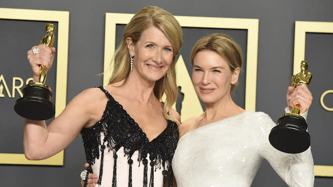 """Laura Dern y Renée Zellweger, respectivas ganadoras de los Óscar a Mejor Actriz Secundaria y Mejor Actriz, (Imagen: Jordan Strauss - AP Photo / Gtres)    Actress Laura Dern, winner of the award for best performance by an actress in a supporting role for """"Marriage Story"""", left, and Renee Zellweger, winner of the award for best performance by an actress in a leading role for """"Judy"""", pose in the press room at the 92nd Academy Awards in Hollywood, Los Angeles, California, U.S., February 9, 2020."""