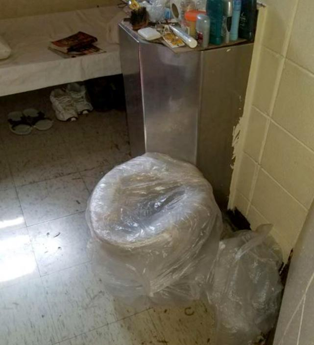 Image: An inoperable toilet inside a cell at Parchman