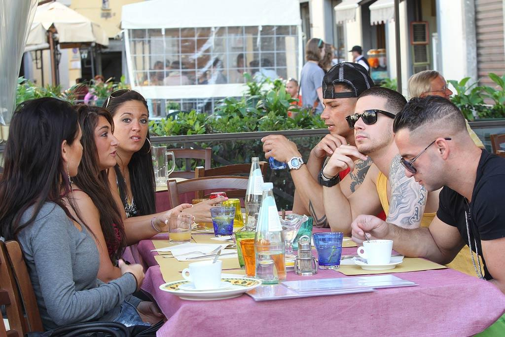 """One thing they can do on camera: Eat! The group stepped out for one of their """"family dinners"""" on the sidewalks of Florence. Brian/Aaron/Macca/<a href=""""http://www.splashnewsonline.com"""" target=""""new"""">Splash News</a> - May 16, 2011"""