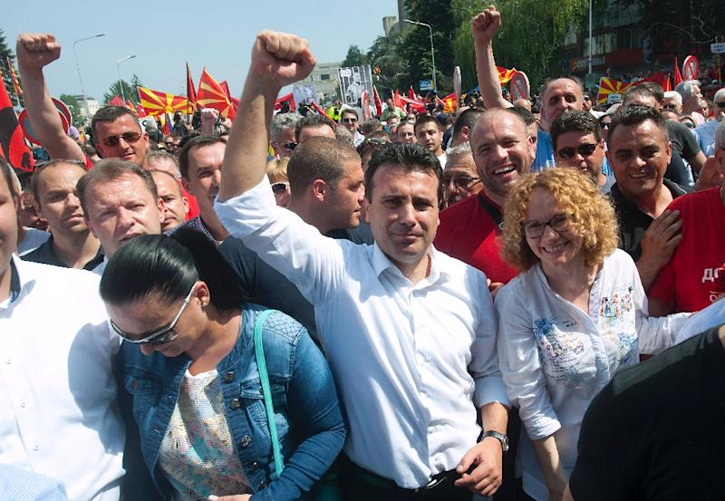 Macedonia's main opposition leader Zoran Zaev (C) waves to supporters during an opposition rally in Skopje on May 17, 2015 (AFP Photo/Robert Atanasovski)