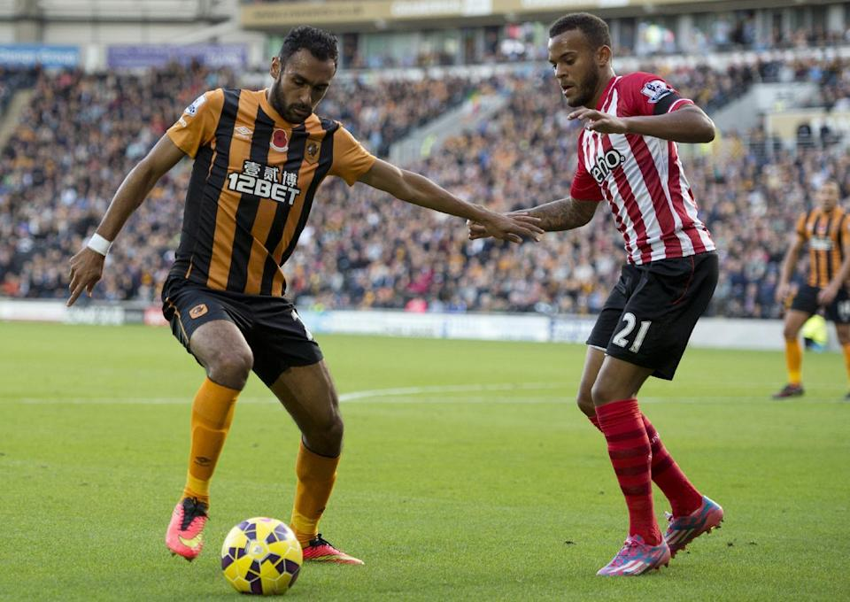 Southampton's Ryan Bertrand (R) fights for the ball with Hull City's Ahmed Elmohamady, during their English Premier League match in Kingston upon Hull, east England, on November 1, 2014 (AFP Photo/Oli Scarff)