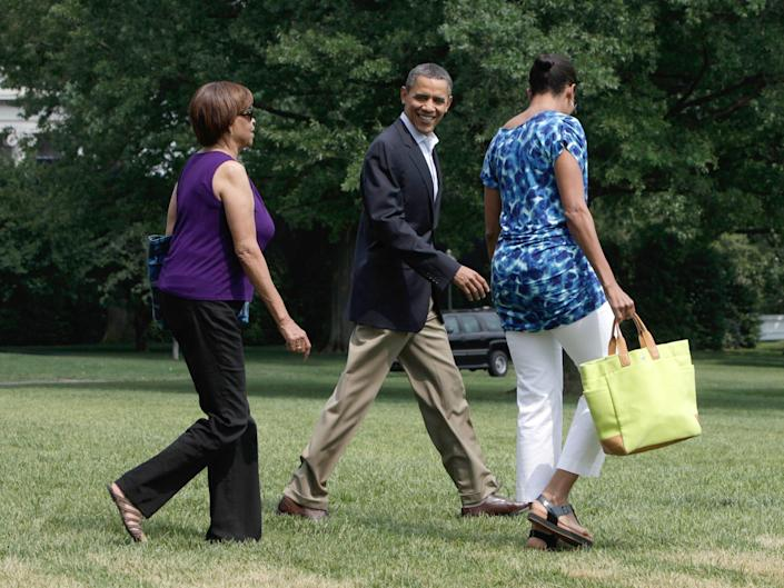 michelle obama and barack obama walk across the white house lawn in 2011