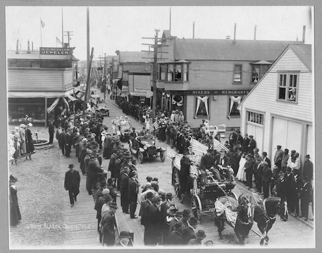 <p>July 4th parade, Nome Alaska, 1915. (Photo: Carpenter Collection/Library of Congress) </p>