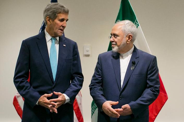 US Secretary of State John Kerry poses with Iranian Foreign Minister Mohammad Javad Zarif at UN headquarters in New York on September 26, 2015 (AFP Photo/Dominick Reuter)