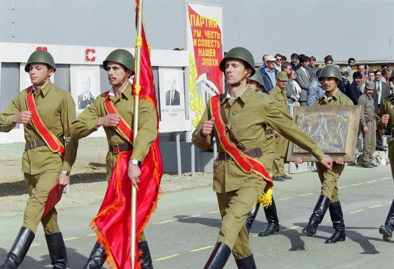 Red Army soldiers march on October 17, 1986 in downtown Kabul during a military parade