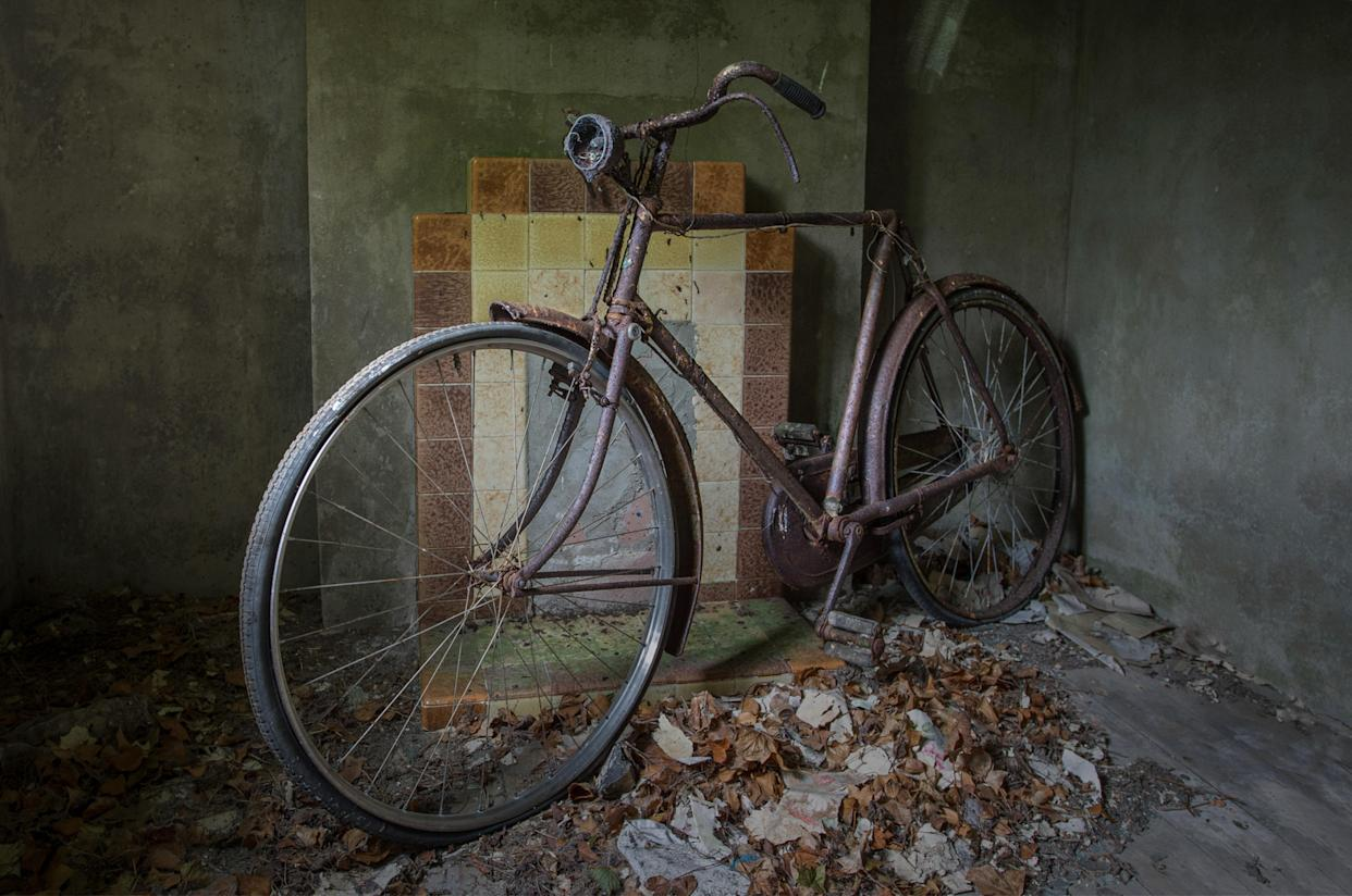 A rusting bike inan abandoned home in Northern Ireland, March 12, 2018. (Photo: Unseen Decay/Mercury Press/Caters News)
