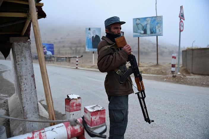 An Afghan policeman keeps watch at a checkpoint in Maimana, the capital of the northern province of Faryab on October 19, 2015 (AFP Photo/Wakil Kohsar)