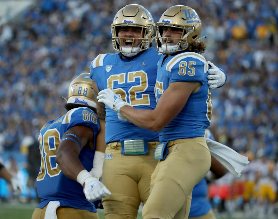 UCLA tight end Greg Dulcich (85) is congratulated by Duke Clemens in second quarter.