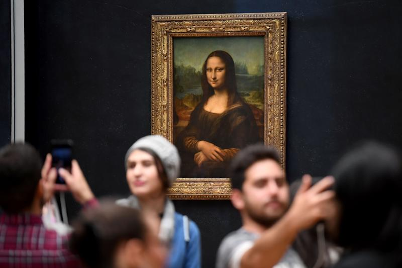 Tourists taking selfies with the Mona Lisa in the Louvre, Paris. (Photo: ERIC FEFERBERG via Getty Images)