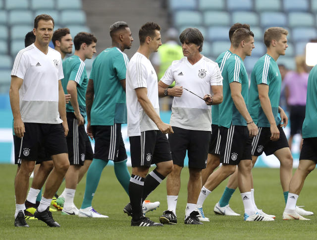Germany head coach Joachim Loew, snd right, talks to his players at the beginning of a training session of the German national soccer team on the eve of their Group F match against Sweden, during the 2018 soccer World Cup in Sochi, Russia, Friday, June 22, 2018. (AP Photo/Michael Probst)