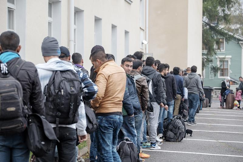 Migrants queue in front of a refugee reception centre in Tornio, Finland on September 25, 2015 (AFP Photo/Panu Pohjola)