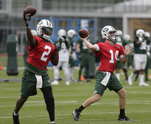 New York Jets quarterbacks Sam Darnold, right, and Teddy Bridgewater throw during practice at the NFL football team's training camp in Florham Park, N.J., Tuesday, May 22, 2018. (AP Photo/Seth Wenig)