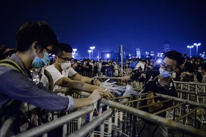 Pro-democracy protesters set up a barricade following a standoff with police outside the central government offices in Hong Kong on October 14, 2014 (AFP Photo/Philippe Lopez)