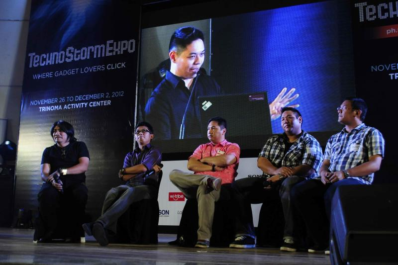 Tech bloggers and journos answer consumer issues at the Yahoo! TechnoStorm Expo at the Trinoma Activity Center