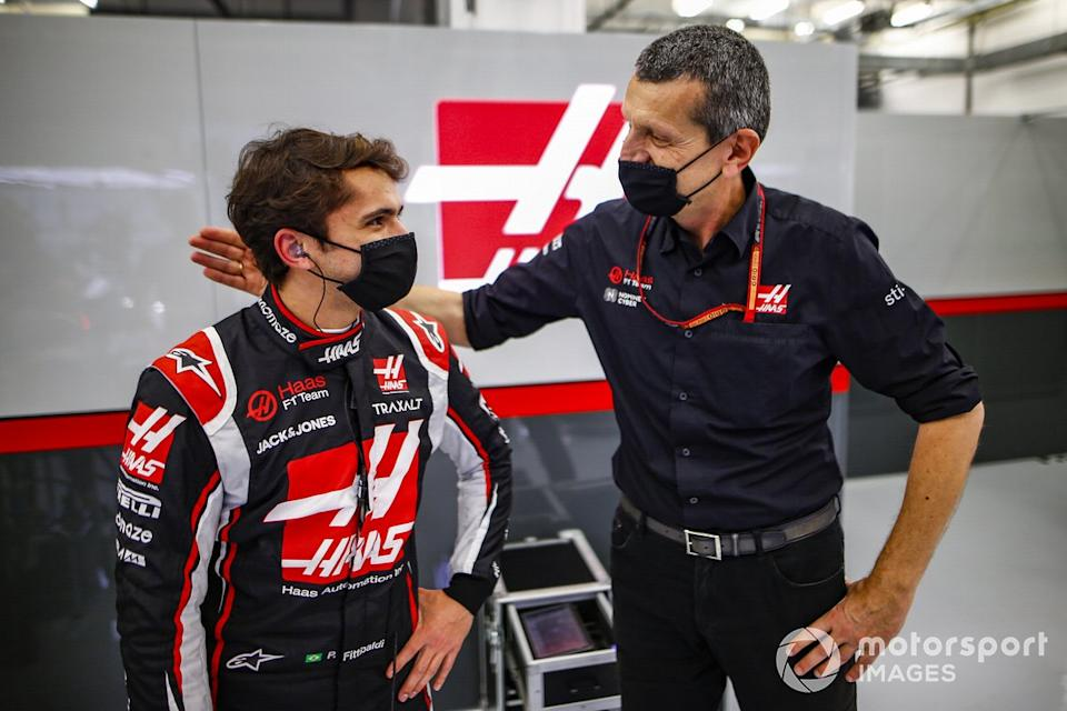 """Pietro Fittipaldi, Haas F1, con Guenther Steiner, director del equipo, Haas F1<span class=""""copyright"""">Andy Hone / Motorsport Images</span>"""