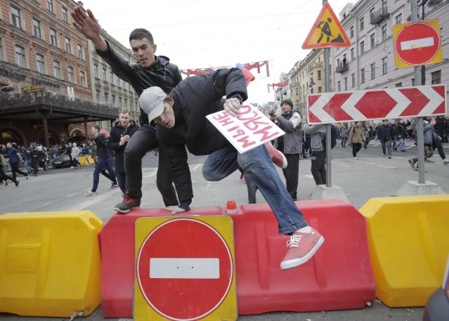 <p>Protesters jump over a barrier during a demonstration against President Vladimir Putin in St .Petersburg, Russia, Saturday, May 5, 2018. (Photo: Dmitri Lovetsky/AP) </p>
