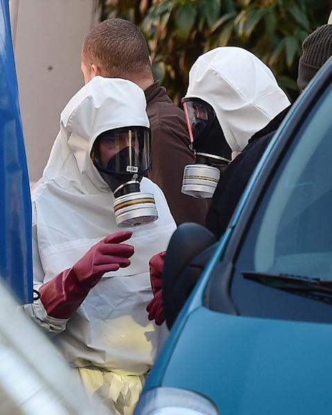 Investigators wearing hazardous materials suits are pictured in front of Brussels Great Mosque on November 26, 2015 (AFP Photo/Emmanuel Dunand)