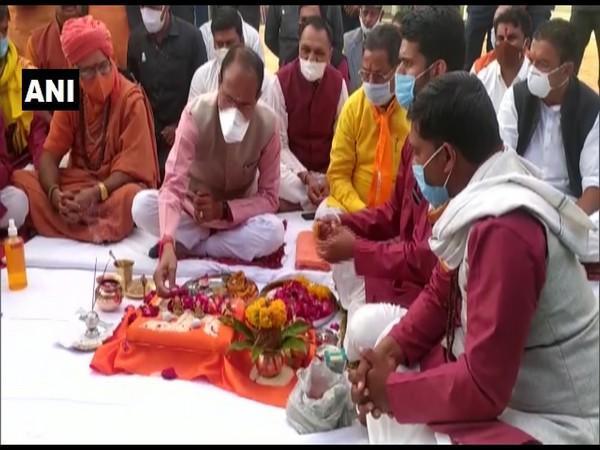 CM Shivraj Singh Chouhan prays for the newly formed 'cow-cabinet' (Photo ANI)