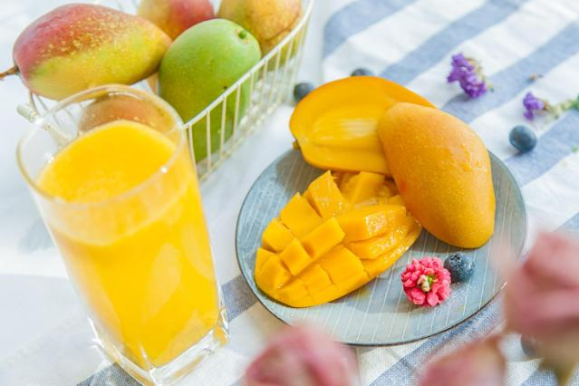 <p>Mangoes contain fibre which can be a great contributor towards weight loss. In a University of Minnesota study, it was proved that dietary fibre, especially obtained from the consumption of fruits and vegetables, can aid weight loss. </p>