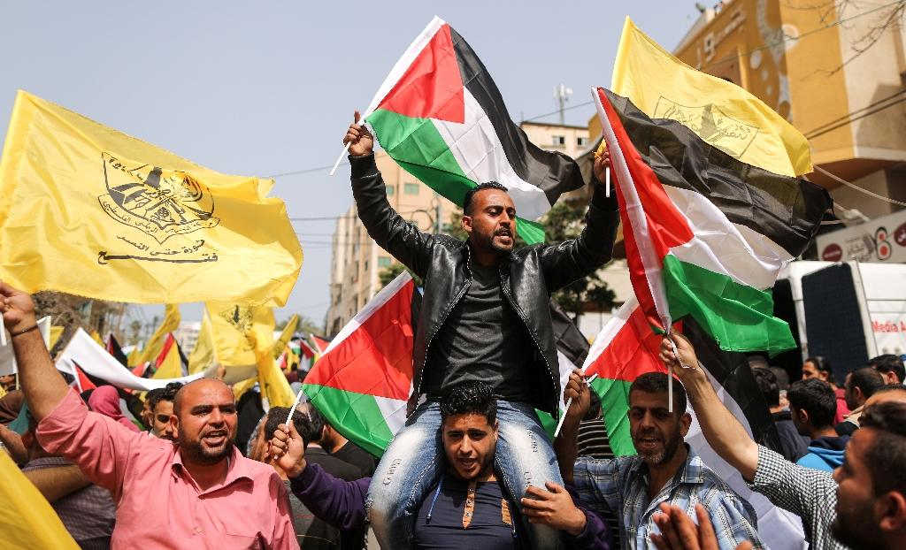 Gaza City residents protest on April 17, 2018 in support of Palestinian prisoners held in Israeli jails (AFP Photo/MAHMUD HAMS)
