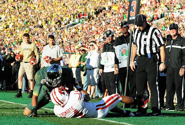 PASADENA, CA - JANUARY 02: Wide receiver Lavasier Tuinei #80 of the Oregon Ducks catches a three-yard touchdown pass in front of Marcus Cromartie #14 of the Wisconsin Badgers in the second quarter at the 98th Rose Bowl Game on January 2, 2012 in Pasadena, California. (Photo by Harry How/Getty Images)