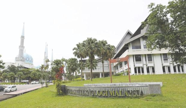 The Sultan Ibrahim Chancellery Building (right) and the Sultan Ismail mosque (left) of UTM. ― Malay Mail pix