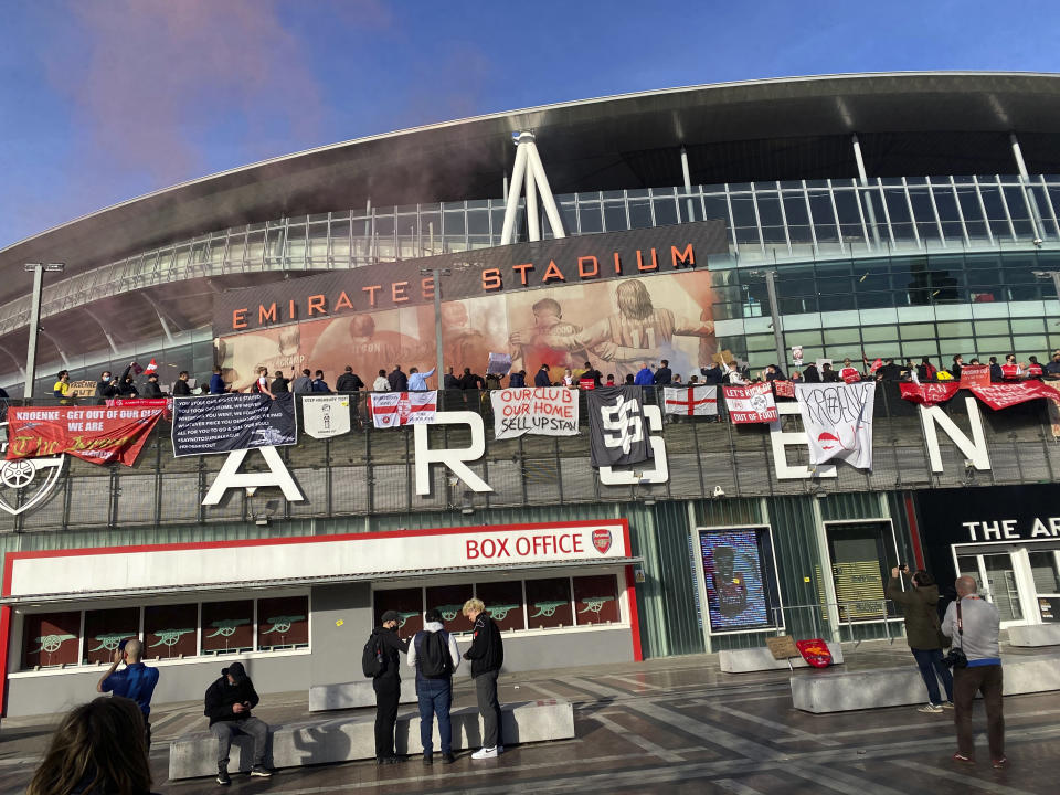 Fans protest against Arsenal owner Stan Kroenke before the English Premier League soccer match against Everton at the Emirates Stadium in London, Friday April 23, 2021. The fans want owner Stan Kroenke to leave the club over its bid to join the failed Super League. (AP Photo / Frank Giffiths)