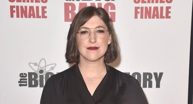 The Big Bang Theory star Mayim Bialik will fill in as the full-time host of Jeopardy! for three weeks of episodes. ( Alberto E. Rodriguez/Getty Images - image credit)