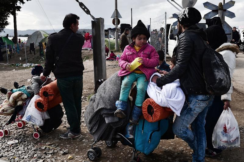 Newly arrived refugees try to find a place at the makeshift camp at the Greek-Macedonian border near the Greek village of Idomeni, on March 2, 2016, where thousands of people are stranded (AFP Photo/Louisa Gouliamaki)