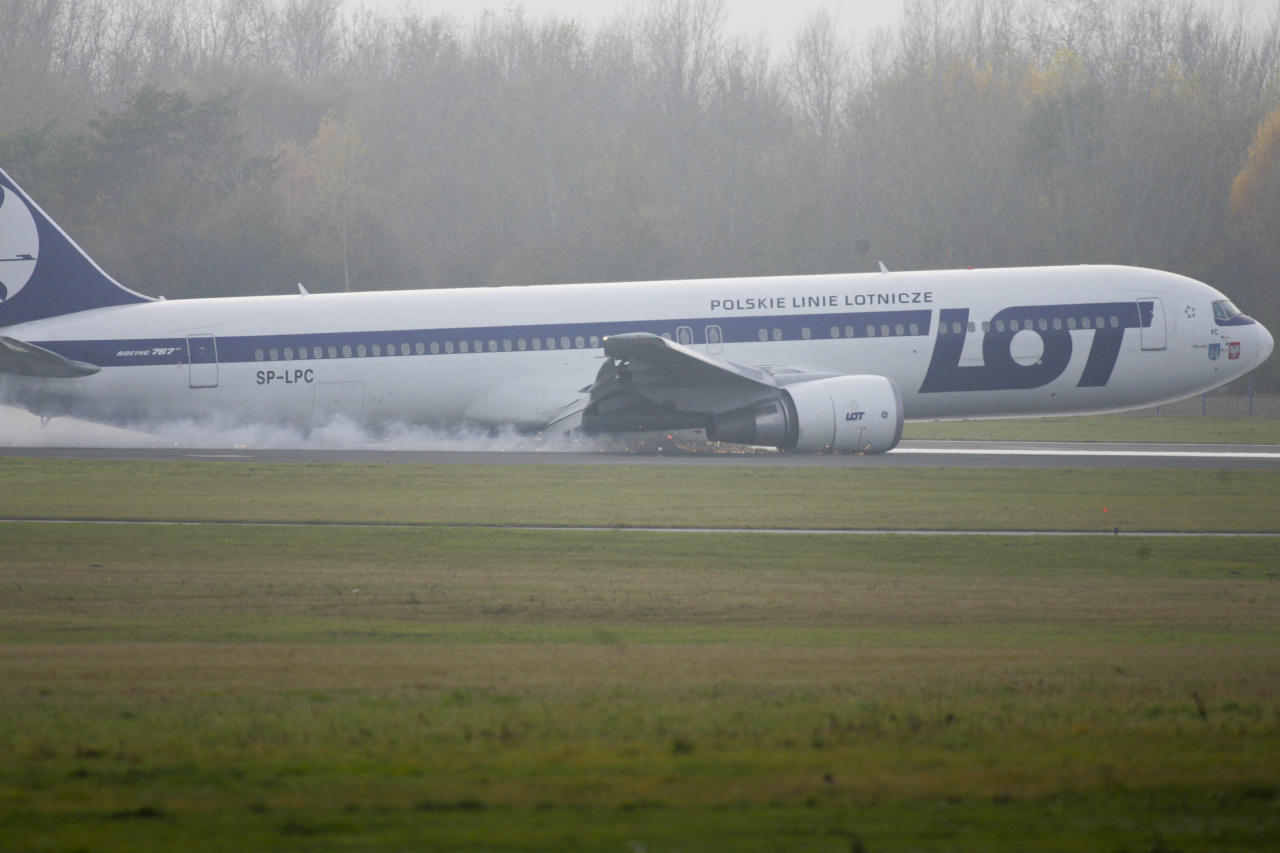 A Boeing 767 of Polish LOT airlines makes an emergency landing at Warsaw airport, November 1, 2011. A Boeing 767 flying from New York with some 230 people on board made an emergency landing at Warsaw's airport on Tuesday after trouble with landing gear. No one was hurt.   (REUTERS/Stringer)
