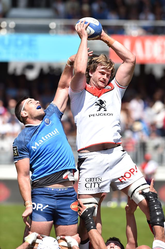 Castres' Loic Jacquet vies with Toulouse's lock Richie Gray in a line out during the French Top 14 rugby union match between Castres and Stade Toulousain, in Castres, on April 29, 2017, at the Pierre Antoine stadium, in Castres, southern France. (AFP Photo/REMY GABALDA)