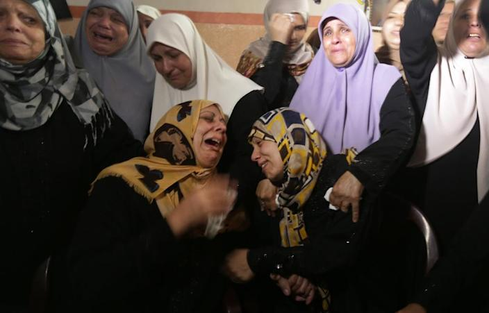 Palestinian relatives mourn during the funeral of Mahmud Homaida in Gaza City, on October 17, 2015 (AFP Photo/Mahmud Hams)