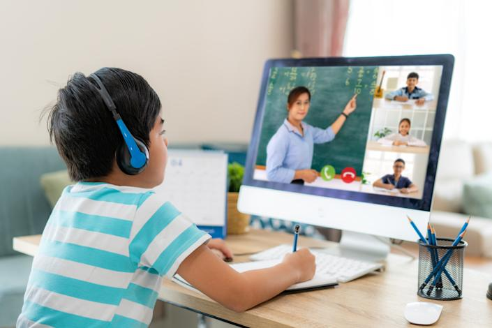 Online classes are an easy way to help your child make friends. (Photo: Getty)
