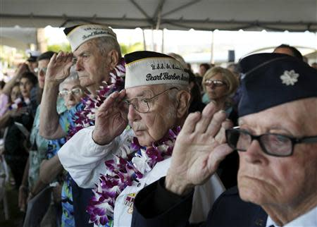 """Pearl Harbor survivor Peyton Smith (C) salutes during the """"Moment of Silence"""" while attending the 72nd anniversary of the attack on Pearl Harbor at the WW II Valor in the Pacific National Monument in Honolulu, Hawaii December 7, 2013. REUTERS/Hugh Gentry"""