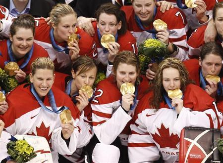 Canadian hockey team members pose with their gold medals after defeating the U.S. in their gold medal ice hockey game at the Vancouver 2010 Winter Olympics February 25, 2010. REUTERS/Shaun Best
