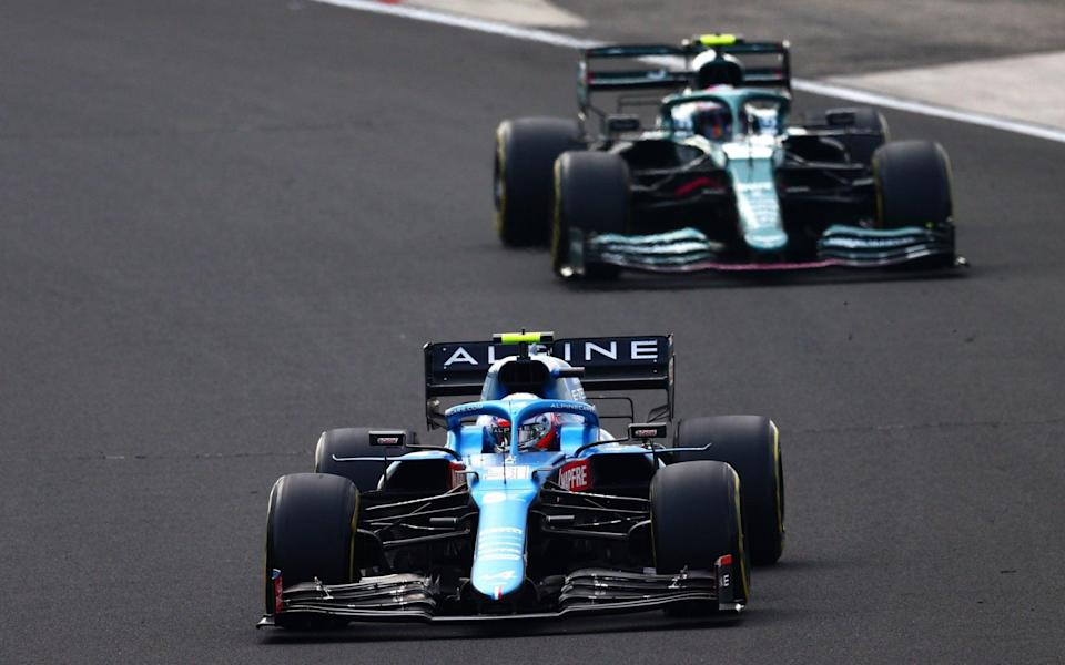 Esteban Ocon of France driving the (31) Alpine A521 Renault leads Sebastian Vettel of Germany driving the (5) Aston Martin AMR21 Mercedes during the F1 Grand Prix of Hungary at Hungaroring on August 01, 2021 in Budapest, Hungar - GETTY IMAGES/Dan Istitene - Formula 1