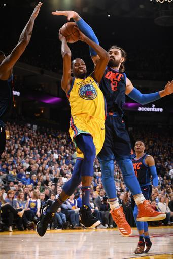 OAKLAND, CA - FEBRUARY 24: Kevin Durant #35 of the Golden State Warriors drives to the basket during the game against the Oklahoma City Thunder on February 24, 2018 at ORACLE Arena in Oakland, California. (Photo by Garrett Ellwood/NBAE via Getty Images)